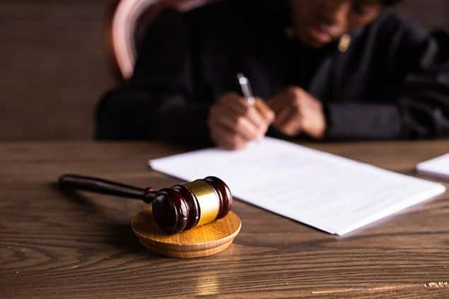 وکیل قرارداد برای حل اختلافات در دادگستری